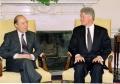 Ο Πρωθυπουργός Κώστας Σημίτης συναντήθηκε με τον Πρόεδρο των ΗΠΑ Μπ. Κλίντον. Στη φωτογραφία ο Πρόεδρος Κλίντον και ο κ. Σημίτης στο Οβάλ Γραφείο. Φωτογραφία ΑΠΕ-ΜΠΕ